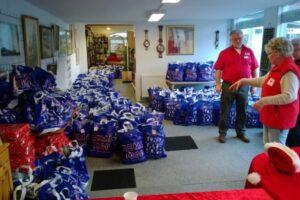 Røde Kors Slagelse med pakker til familer